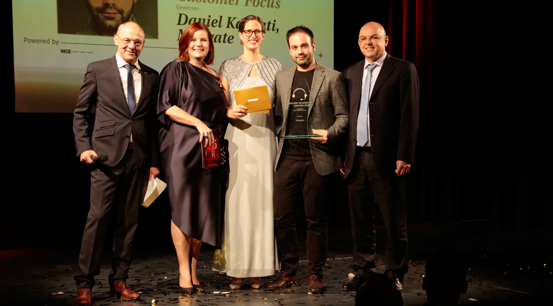 Preisträger Daniel Karpati (Medgate) im Bild mit Laudator JJ Jossen (SBB), Mirjam Gosetti (CallNet.ch), Meike Tarabori (CMM) und Sponsor Albert Bossart (NICE)