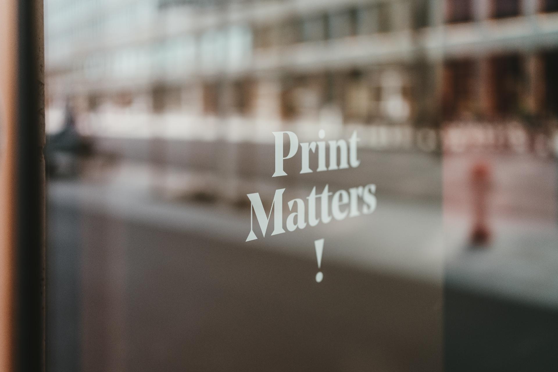 Warum gedruckte Reklame auch in der Online-Ära funktioniert_cmm360_Photo by Claudio Schwarz on Unsplash
