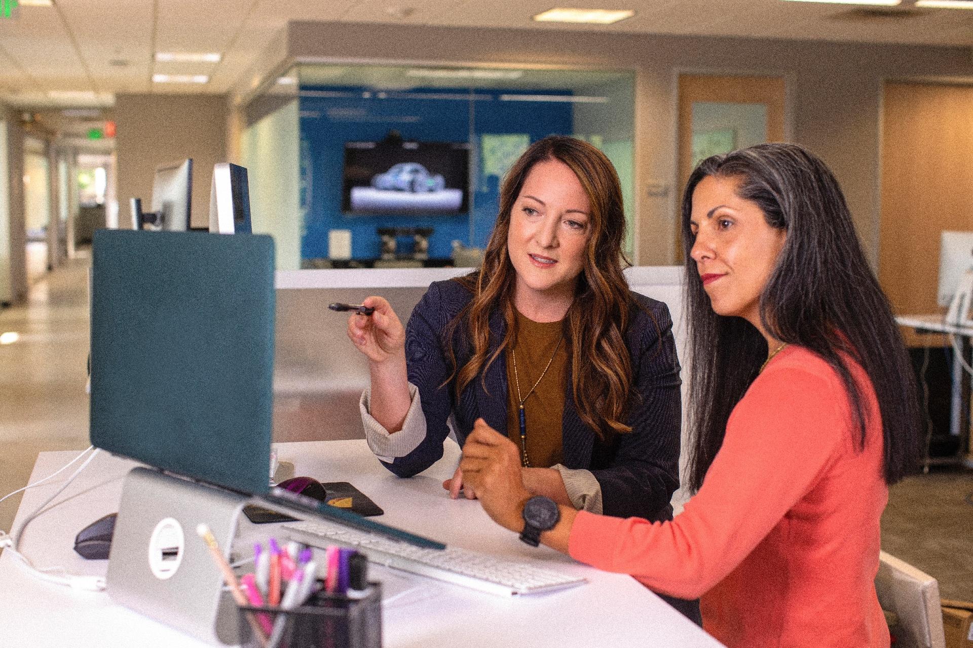 """Unternehmen """"locken"""" mit schlechtem Service-Design_cmm360_Photo by LinkedIn Sales Solutions on Unsplash"""