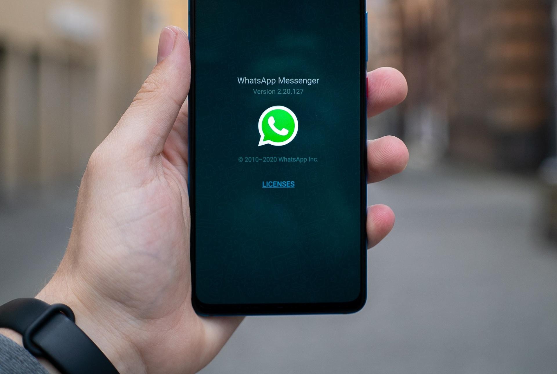 WhatsApp erweitert die Möglichkeiten, Kunden proaktiv Nachrichten zu senden_cmm360_Photo by Mika Baumeister on Unsplash
